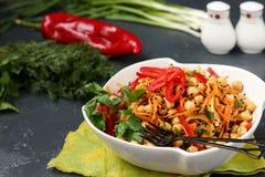 Pois chiche sain, salade cor?enne de carotte, de poivre et d'oignon d?cor?s du s?same noir image stock