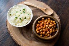 Pois chiches de Chana Masala servis avec du riz photographie stock libre de droits