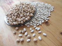 Pois chiches et haricots blancs images stock