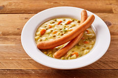 Pois et potage aux légumes crémeux avec des saucisses de saucisse photo libre de droits
