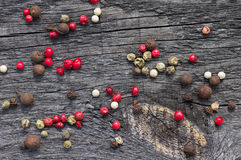 Pois multicolores de poivrons sur la table Image stock