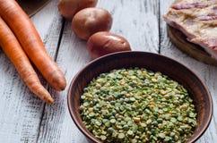 Pois secs et ingrédients assortis pour la recette de soupe aux pois Photo libre de droits
