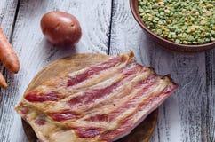 Pois secs et ingrédients assortis pour la recette de soupe aux pois Images libres de droits