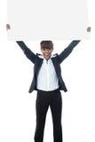 Poisng emocionado de la empresaria con la cartelera fotografía de archivo