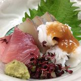Poisson cru japonais de sashimi avec le wasabi à un restaurant japonais de cuisine Photo libre de droits