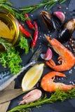 Poisson frais et fruits de mer avec le fond d'herbes Images stock
