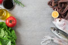 Poisson frais et légumes Photos libres de droits