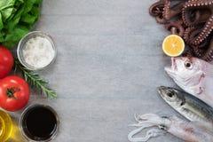 Poisson frais et légumes Image stock