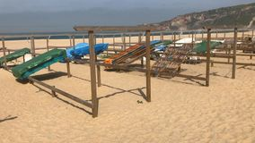 Poisson-séchage traditionnel sur la plage de Nazare, Portugal, un village de pêcheurs sur la côte atlantique banque de vidéos