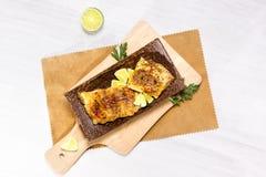 Poissons blancs frits, servis avec la limette Image stock