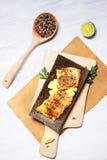 Poissons blancs frits, servis avec la limette Photo stock