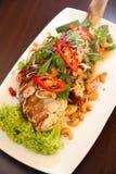 Poissons cuits à la friteuse thaïlandais avec de la salade d'herbe Images stock
