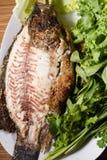 Poissons cuits au four avec de la sauce à fruits de mer Images stock