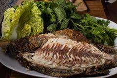 Poissons cuits au four avec de la sauce à fruits de mer Image libre de droits