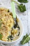 Poissons cuits au four avec des pommes de terre et des épinards Tarte de poissons Images stock
