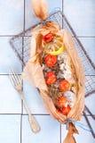 Poissons cuits au four de Gilthead en papier de traitement au four Image stock