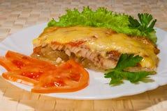 Poissons cuits au four sous le fromage Photo stock