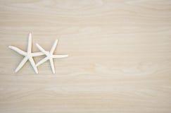 Poissons d'étoile sur le fond en bois Image libre de droits
