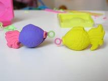 Poissons d'argile pour la pêche de jouet pour enfants Images libres de droits