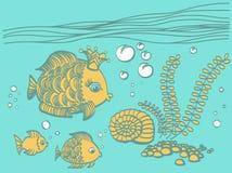 Poissons d'or avec une couronne dans l'environnement de mer Photos libres de droits