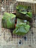 Poissons dans des feuilles de banane photo stock