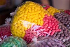 Poissons de alimentation, nourriture colorée pour des poissons faits à partir du maïs dans un plasti Image libre de droits