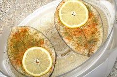 Poissons de bifteck dans le vapeur de nourriture Photos libres de droits