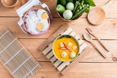 Poissons de cari de lait de noix de coco et boule de poissons avec la nouille de riz thaïlandaise images libres de droits