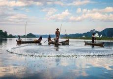 Poissons de crochet de pêcheurs le 3 décembre 2013 à Mandalay Image libre de droits
