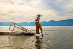 Poissons de crochet de pêcheurs le 3 décembre 2013 à Mandalay Photos libres de droits