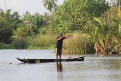 Poissons de crochet de pêcheurs en rivière Photographie stock