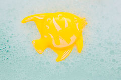 Poissons de jouet de Bath dans la mousse blanche Photos libres de droits
