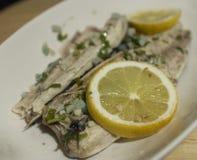 Poissons de maquereau avec le citron Image stock