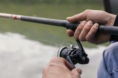 Poissons de pêche de rivage avec un bâton photographie stock