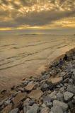 Poissons de pêcheur sur le lac Silhouette au coucher du soleil photographie stock libre de droits