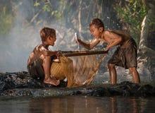 Poissons de rire de garçons sur des mains Photographie stock libre de droits