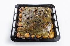 Poissons de turbot en four de moule avec des olives de pommes de terre et aromatique photographie stock