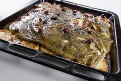 Poissons de turbot en four de moule avec des olives de pommes de terre et aromatique photos libres de droits