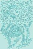 Poissons en mer avec la coquille et l'algue Photo stock