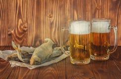 Poissons et bière secs Images libres de droits