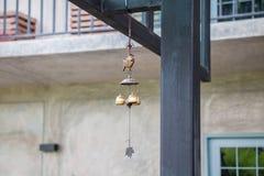 Poissons et cloche mobiles accrochants Photographie stock libre de droits