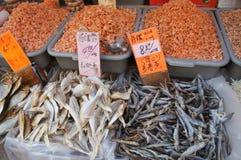 Poissons et crevette secs à un marché images stock