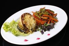 Poissons et légumes d'un plat blanc Photo stock