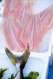 poissons exposés sur le marché de fruits de mer Photo stock