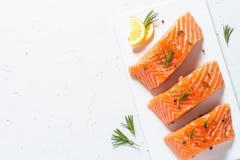 Poissons frais Filet saumoné sur le blanc Image libre de droits