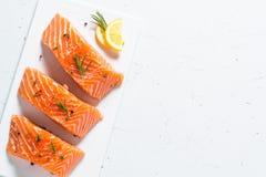 Poissons frais Filet saumoné sur le blanc Photographie stock libre de droits