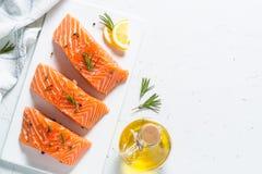 Poissons frais Filet saumoné sur le blanc Photos libres de droits