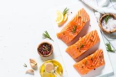 Poissons frais Filet saumoné sur le blanc Image stock