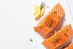 Poissons frais Filet saumoné sur le blanc Photographie stock