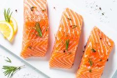 Poissons frais Filet saumoné sur le blanc Photos stock